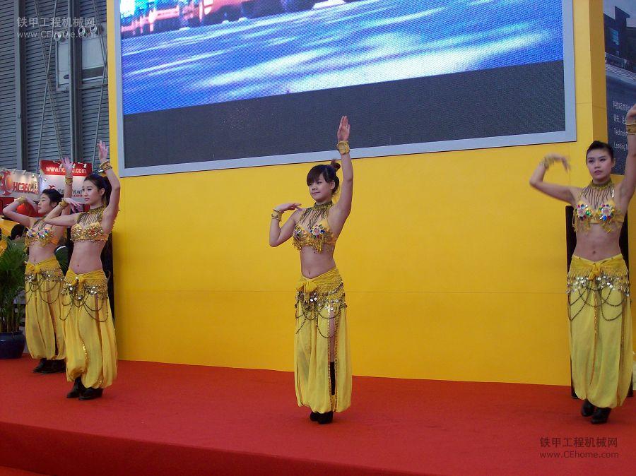 上海宝马展于2010年11.23-11.26成功举办,期间各个厂家卯足了劲展示自己的最新机型,而现场的美女们也成为各个厂家展区的亮点,她们展示着自己绝好的容颜、火爆的身材以及歌舞才艺,引得观众们流连忘返。 查看更多美女代表的企业如小松、徐工、三一等图集,欢迎访问http://photo.